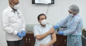 Ministro de Salud Rivera recibe su primera dosis de Sinovac