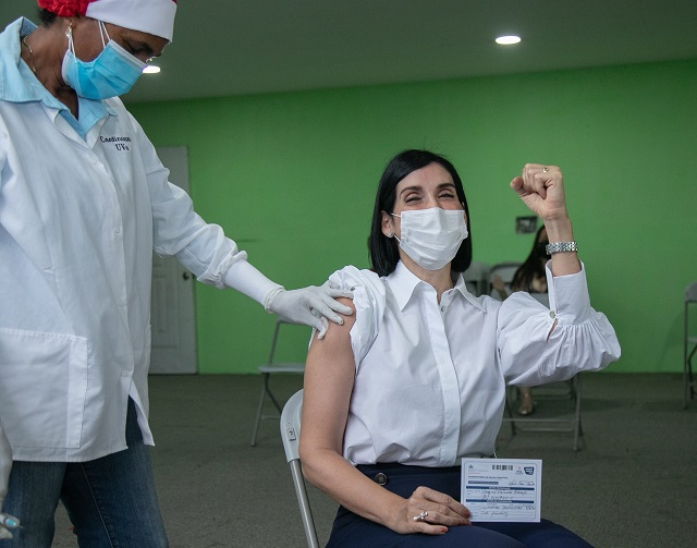 Primera dama Raquel Arbaje también recibió su primera dosis COVID-19
