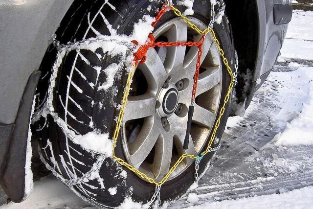 Pneumatici da neve, o catene da neve a bordo auto, obbligatori da domani