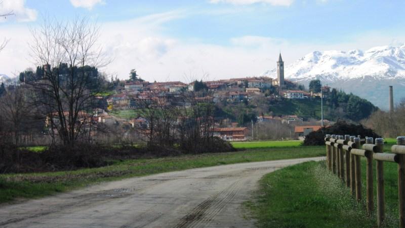 Fondo stradale sconnesso in Via Vercellona ed in Via Mulino dei Banditi, e il Comune le inghiaia