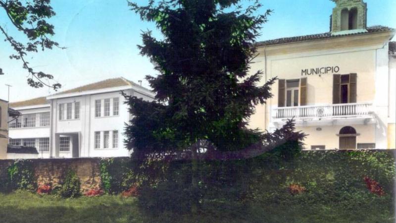 Vecchia Salussola: Una foto b&n colorata di inizio anni del 1960, con municipio e scuola media