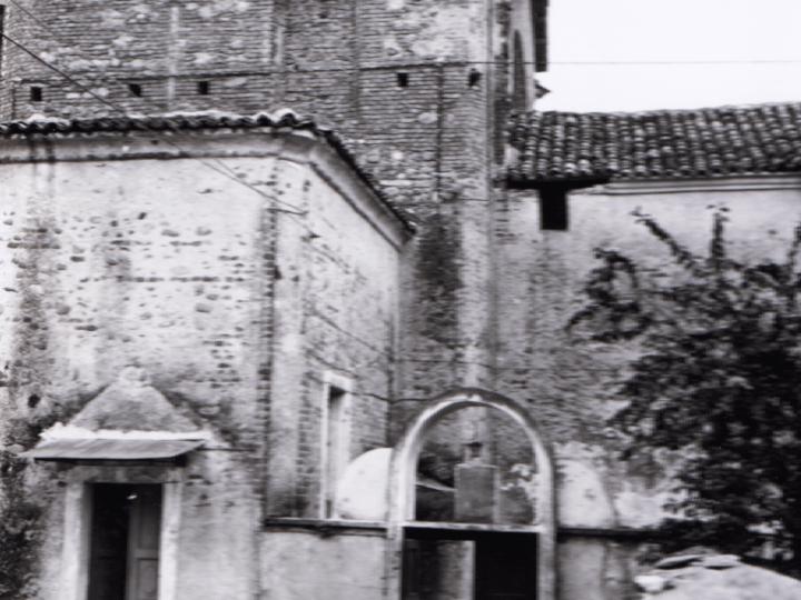 Vecchia Salussola: Vista laterale della vecchia chiesa di Vigellio intorno agli anni del 1970