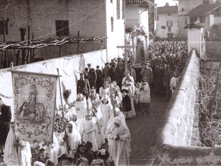 Vecchia Salussola: Via Gioanni Macchioli vista nel 1949 durante la Peregrinatio Mariae