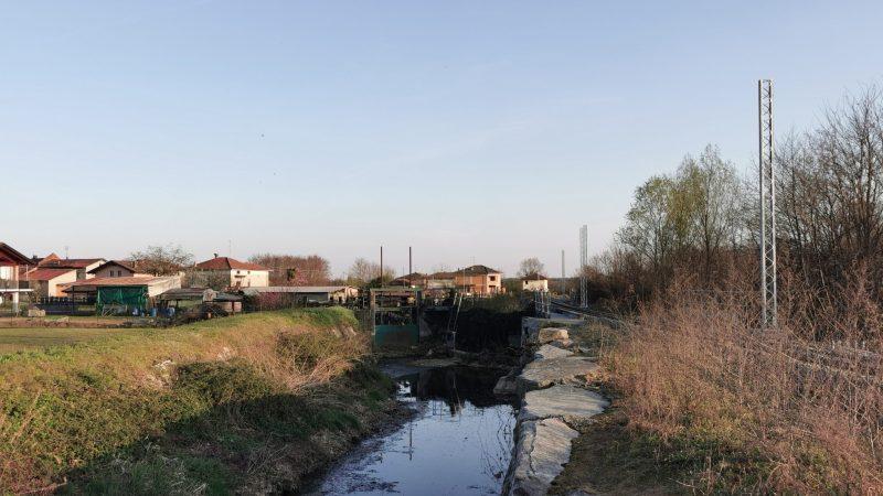 Ferrovia Biella – Santhià: Montati i pali per l'elettrificazione, ieri, fino al p.l. di Vigellio. FOTONOTIZIA