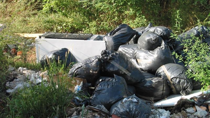 Un numero whatsapp di Cosrab per segnalare i rifiuti abbandonati