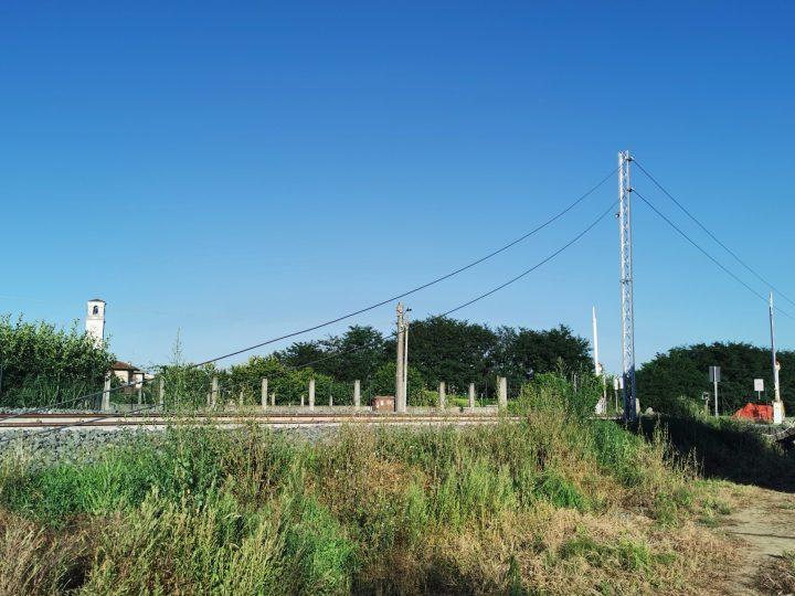 Ferrovia Biella – Santhià: In zona Vigellio è in corso la posa dei cavi aerei per la prossima elettrificazione della linea