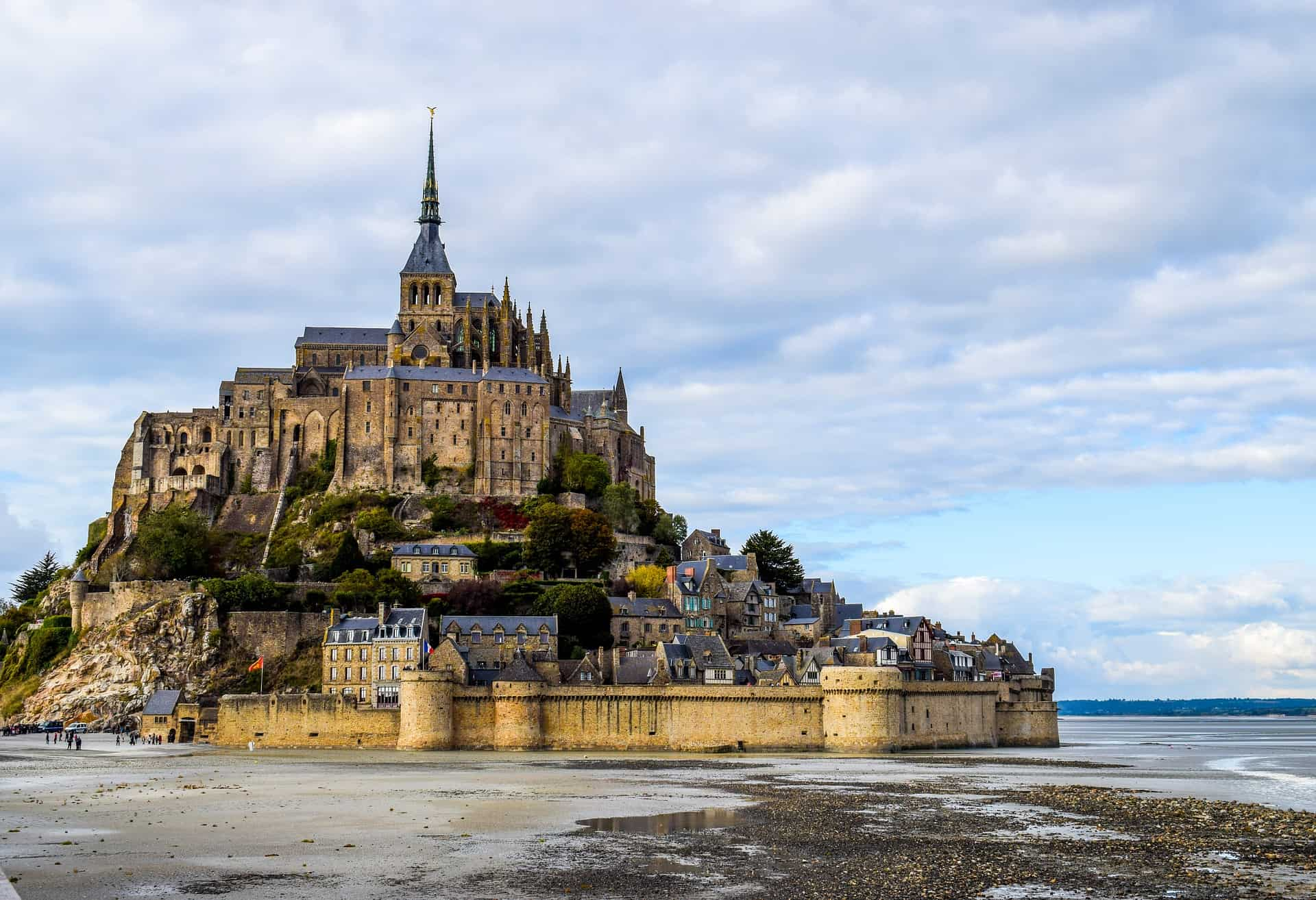 The Mont St. Michel lays within day trip distance from Paris - pimp your Paris vacation with a day tours to a world heritage site. Taking a day trip from Paris to Mont St Michel is clearly on of the best day tours from Paris that you can take