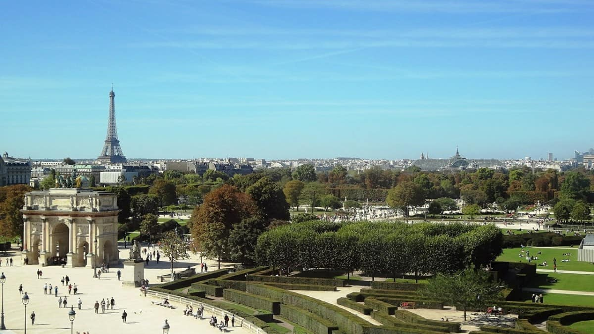 When visiting the Louvre with kids. the park of the Tuileries that lays just next to the museum provides the perfect balance with greens and playgrounds