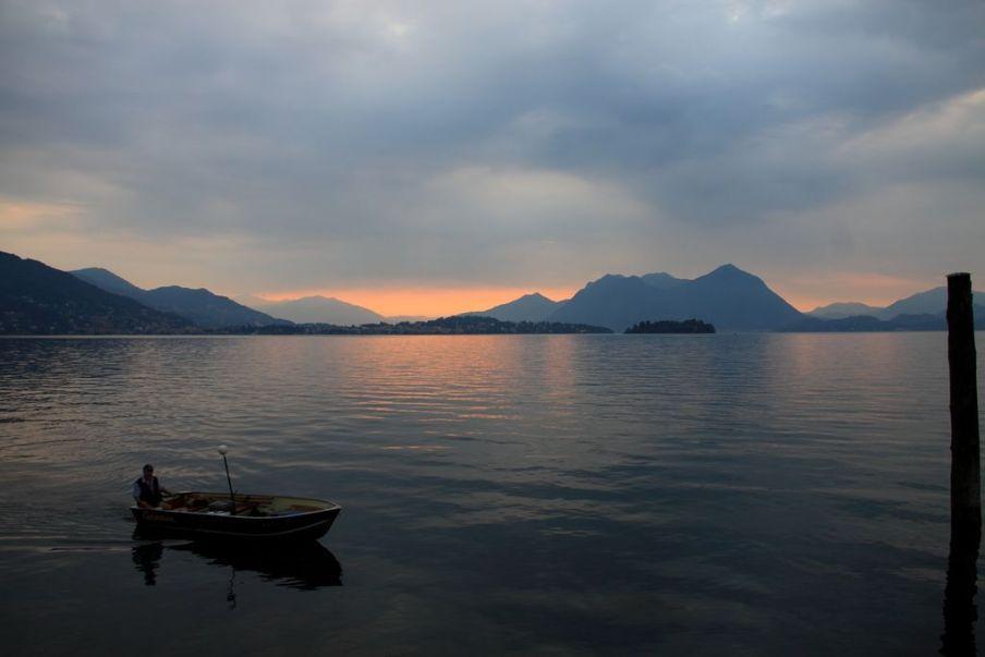 pescatore sul lago maggiore