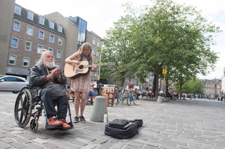 Robert Wyatt suona per strada
