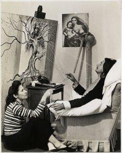 Fotografía de Salvador Dali y Gala durante la creación de una de las obras del artista.