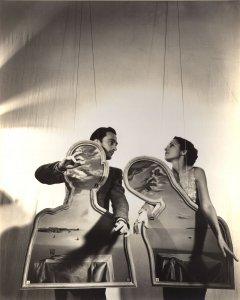 Salvador Dalí Domènech y Gala, en una escena teatralizada