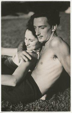 Una fotografía de Salvador Dalí con Gala, tumbados en el césped en actitud cariñosa
