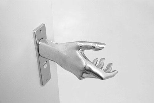 La mano dell'alunno schiacciata nella porta del bagno, quale responsabilità?