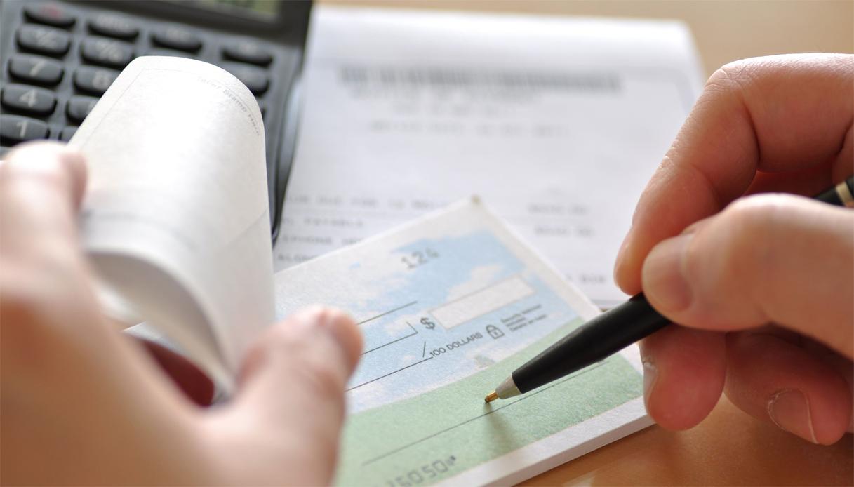 L'assegno non trasferibile spedito per posta e incassato da terzo estraneo determina il concorso di colpa tra mittente e Banca