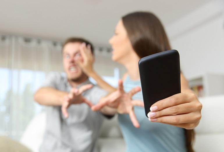 Strappare di mano il cellulare è rapina
