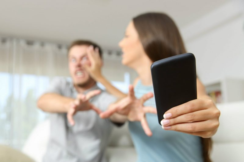 Sottrarre il telefono al partner per spiarne le conversazioni e cercare prova dell'infedeltà è reato?