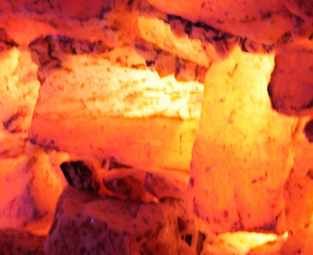 Makroaufnahme einer Steinziegelwand in der Salzgrotte Oberhausen