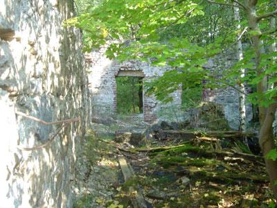 Überreste eines Hauses im Steinbruch. (Foto: Kölle, August 2005)
