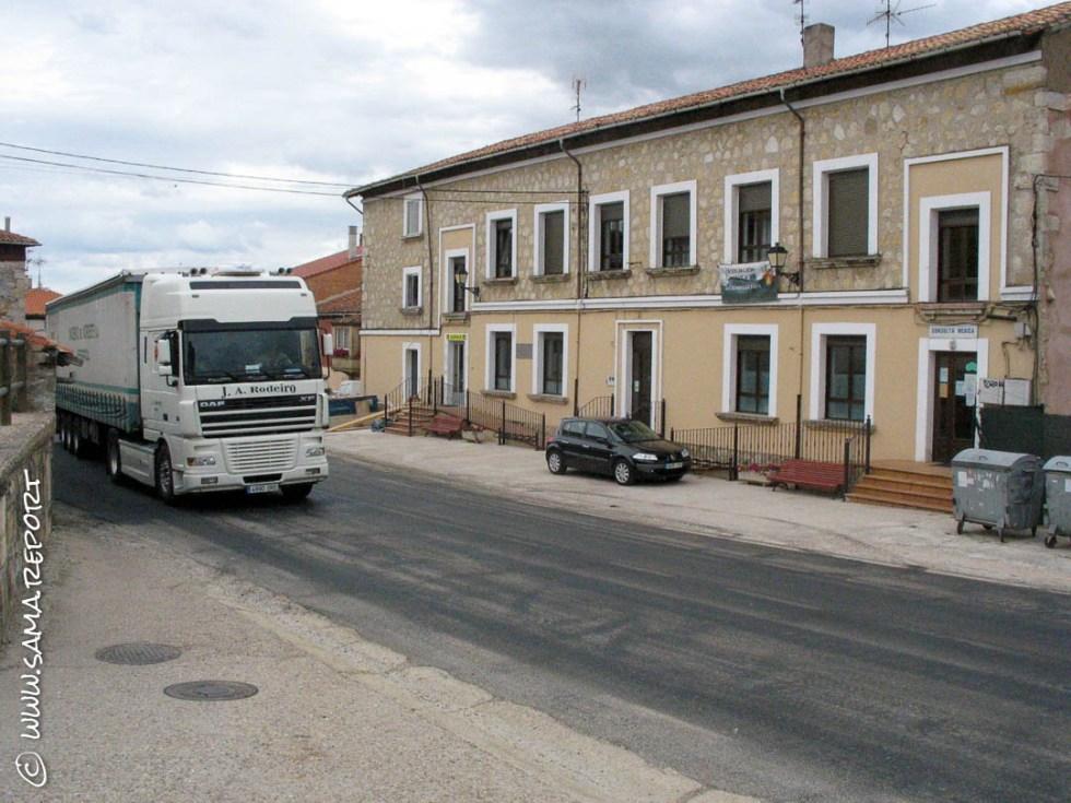 Die einzige Straße Richtung Burgos direkt vor der Herberge