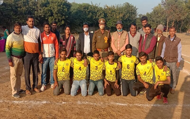 Kisan Sports Club wins in Volleyball competition in Simaunidham, Banda