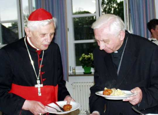 kl-1Josef und Georg Ratzinger 2002 in TS