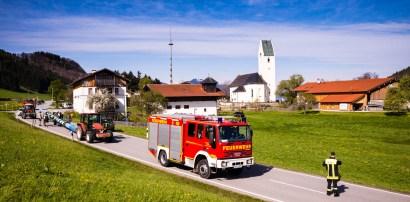 Die Feuerwehr Altenbeuern hilft bei der Sicherung der Straße