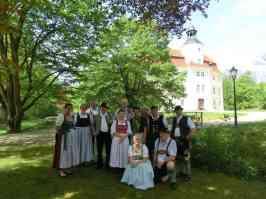 kl-Trachtentag Teilnehmer vor Schloss Vetschau