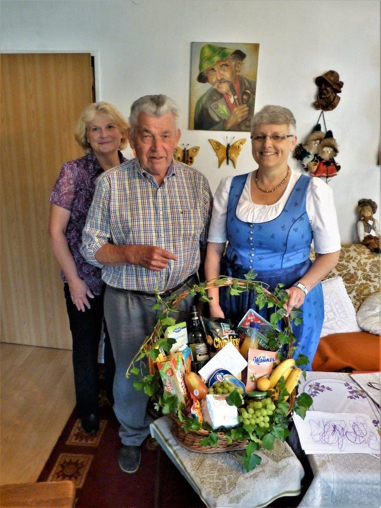 Rudi Richter mit Katharina Hartmann (li) und Annemarie Braun