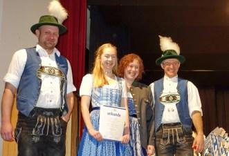 von links: Musikmeister Stefan Hackenberg, Stefanie Fessler, Michaela Haindl und Dirigent Stefan Fußeder