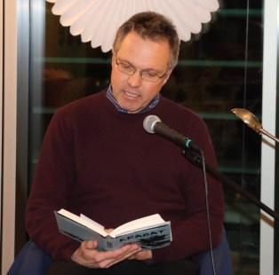 """Pfarrer Paul Janßen erzählt von """"Krabat"""" Alle Märchen- und Sagengestalten von Otfried Preußler wurden bei den sechs Lesungen in der """"Talstation"""" des BZ Aschau lebendig"""