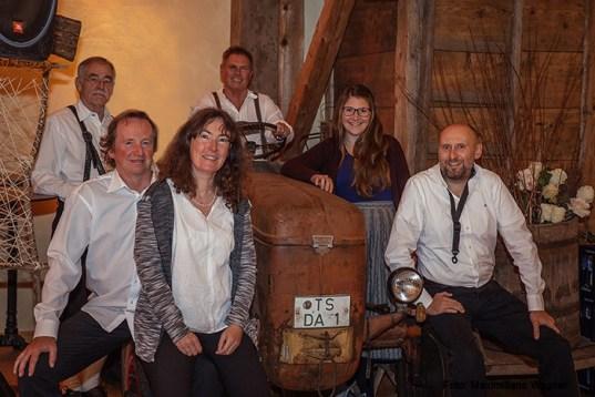"""Das Ensemble von """"Opern amoi anders"""" bei ihrem ersten Auftritt Im Schusterhof"""