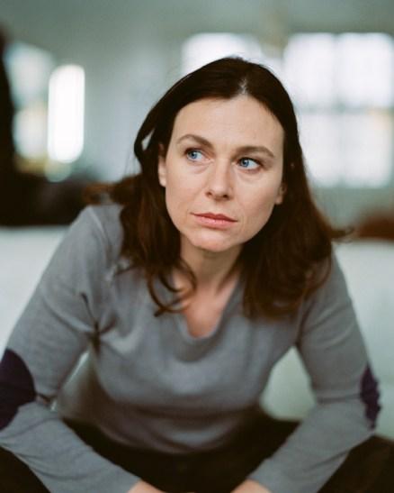 Bettina Mittendorfer sitzend © Henrik Pfeifer