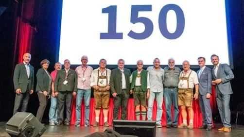 9 mal 150 Blutspenden in Erding. Eine großartige Lebensleistung der Spender. Nicht in Reihenfolge: Hans Peter Sareiter, Reinald Vogel (KV Bad Tölz –Wolfratshausen), Manfred Burr, Erwin Schöndörfer (KV Berchtesgadener Land), Johann Reisner, Dieter Walther (KV Neuburg-Schrobenhausen), Winfried Jung, Josef Maier (KV Traunstein), Johann Steininger (KV Freising). Gratulanten auf der Bühne waren die BSD-Geschäftsführer Dr. Franz Weinauer (links) und Georg Götz (2.v.r.), die Vorsitzende des BRK BV Oberbayern Frau Christa Stewens (2.v.l.) sowie Moderator Michael Sporer. (Bild: BSD)