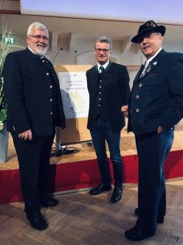 von links: Sebastian Friesinger (Vorsitzender Bayernbund), Kultusminister Bern Sibler, Günter Frey (stv. Landesvorsitzender Bayerischer Trachtenverband) (Foto: Sebastian Friesinger)