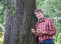 Pomologe Georg Loferer mit Früchten von einem alten Birnbaum (Fotoquelle: Cecile Pierrot)