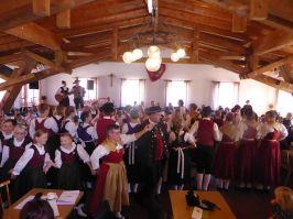 Angeführt von Alfons Venus und Ingrid Stieglbauer vom gastgebenden Verein aus St. Englmar formierten sich die Kinder und Jugendlichen zum Auftanz.