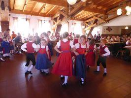 """Den Auftakt machten die St. Englmarer-Kinder mit dem Tanz """"Es geht nichts über die Gemütlichkeit""""."""