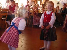 """Ein Tanz für die Allerkleinsten war der """"Zipfe Adam"""", den die Hunderdorfer Kinder darbrachten."""