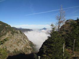 Karalm über Nebel mit Kampenwandblick.
