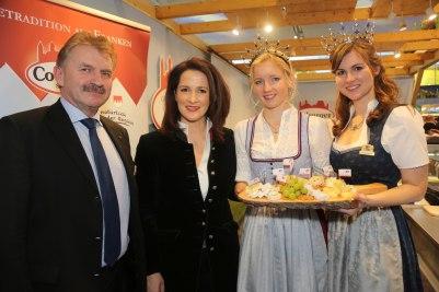Die Ministerin mit Milchwerke-Direktor Ludwig Weiß, der Bayerischen Milchprinzessin Melanie Maier und Bayerns Milchkönigin Sonja Wagner (r.).