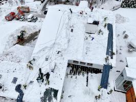 Klinik Sonnenbichl Aschau Dach von Altschnee befreien_Foto H. Reiter (2)