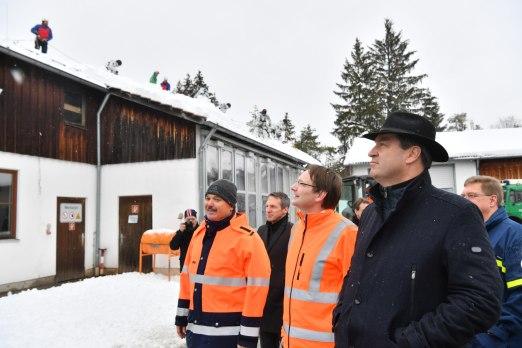 Ministerpräsident Dr. Markus Söder, MdL (rechts), und Verkehrsminister Dr. Hans Reichhart (Mitte) machen sich bei der Straßenmeisterei in Wolfratshausen vor Ort ein Bild der Schneesituation.