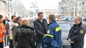 Ministerpräsident Dr. Markus Söder begrüßt die Einsatzkräfte vor Ort: Vertreter des THW...