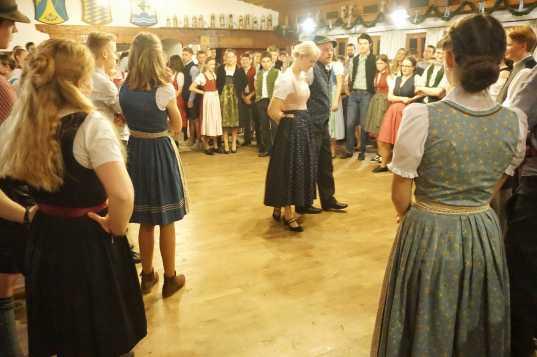 kl-Florian Wörndl zeigt einen Tanzschritt