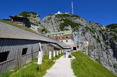 Der Fragenweg zum Höhleneingang am Wendelstein macht neugierig. (Foto: Peter Hofmann)