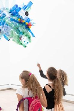 Schule trifft Kunst, Mangfall-Monster begegnet Schülerinnen, Foto Martin Weiand