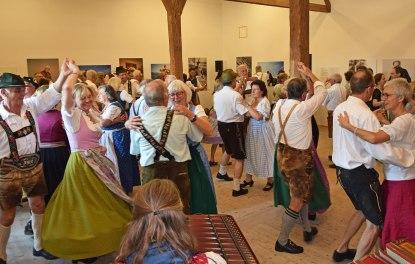 Bereits im letzten Jahr hatten viele Besucher Spaß am Volkstanz an der Glentleiten. Bildquelle: Bezirk Oberbayern, Archiv FLM Glentleiten