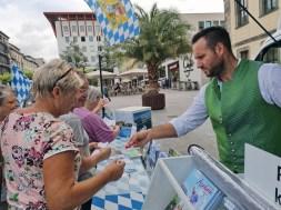 Florian verteilt Herzchen an die Damen