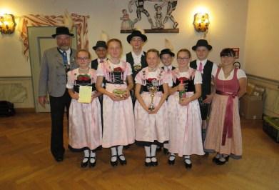 GJDD Gruppe II von links nach rechts: 1. Gauvorstand Georg Schinnagl, Hochstätt (1., 187,6 Punkte), 1. Gaudirndlvertreterin Vroni Bauer